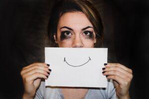 モテるためにやりがち…笑いのセンスがある女性は本当にウケる?