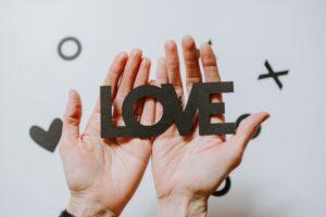 彼氏がいるのに好きな人ができた…罪悪感がある場合にどう対処する?